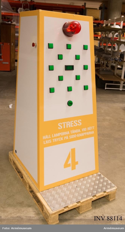 """Apparaten skulle enligt konceptbeskrivningen för Befattningsmaskinen mäta testdeltagarens stresstålighet. De gröna tryckknapparna släcktes med olika tidsintervall och för deltagaren var utmaningen att lyckas med att hålla alla knappar tända under så lång tid som möjligt. Med ojämna mellanrum släcktes alla tryckknappar samtidigt, varpå den röda stora lampan tändes. Då var deltagaren tvungen att trycka in båda """"panikknapparna"""" på apparatens sidor för att tända knapparna igen. Ju längre totaltid som knapparna hölls tända, ju högre poäng erhöll testdeltagaren. Utöver stresstestapparaten ingick tre andra testapparater i Befattningsmaskinen, vilka uppgavs mäta testdeltagarnas styrka samt tekniska och teoretiska förmåga. Resultaten från de fyra testerna räknades samman till en profil som sedan matchades mot olika typer av befattningar i Befattningsguiden på försvarsmaktens webbplats. Testresultatet kunde skrivas ut direkt ifrån stresstestapparaten, i form av ett kvitto med information om vilka befattningar som bäst passade testdeltagarens profil."""