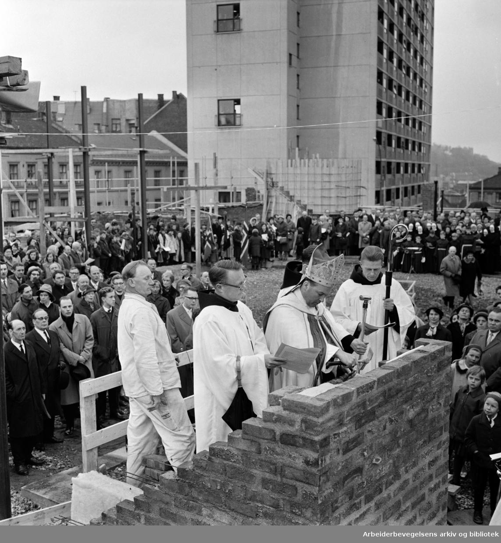 Enerhaugen. Grunnstennedleggelse til den nye St. Halvard kirke. April 1965