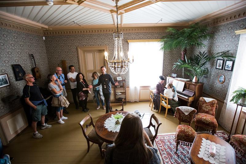 Pianolærerinne med elever i Dagligstuen. Foto: Jan Ove Iversen
