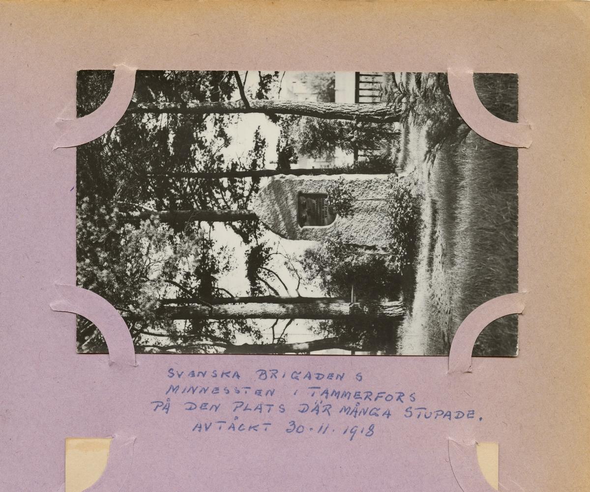 """Text i fotoalbum: """"Svenska brigadens minnesten i Tammerfors på den plats där många stupade. Avtäckt 20-11-1918""""."""