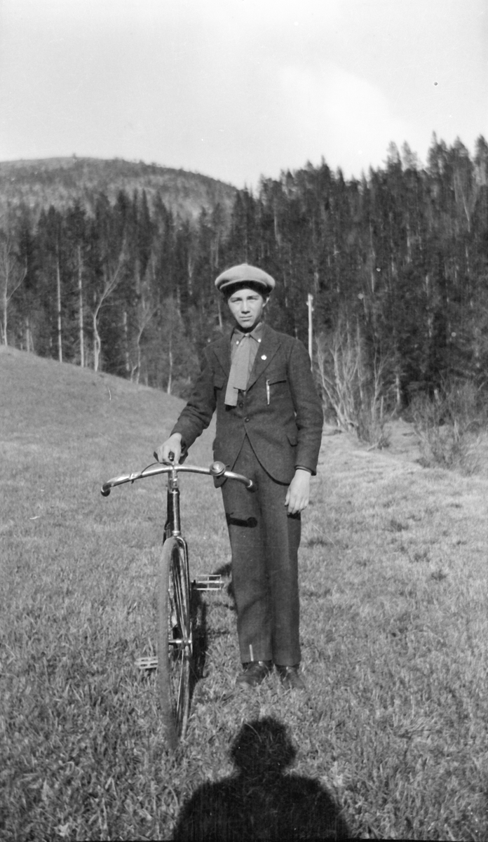 Ung mann på sykkeltur