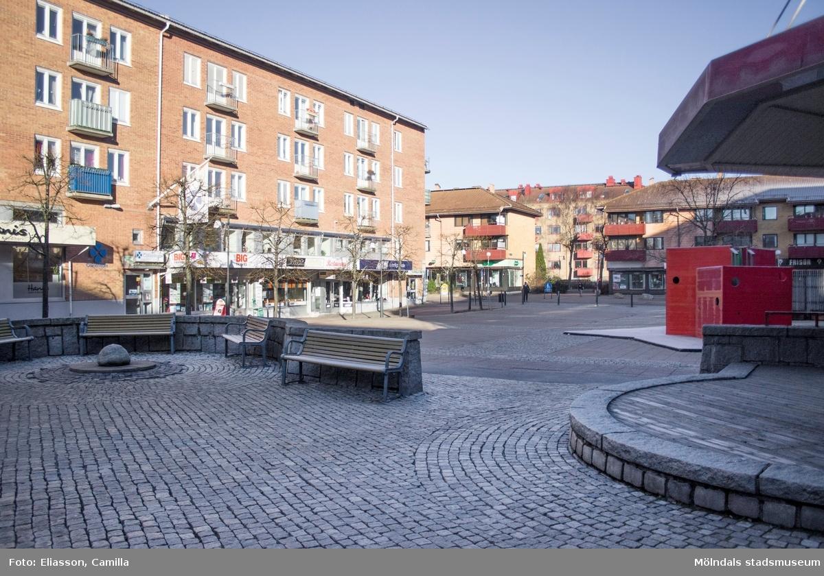Mölndals torg mot Bergmansgatan, år 2015. Till vänster: fastigheten Havskatten 12 (Brogatan/Bergmansgatan). Dokumentation av platsen innan rivning och nybyggnation.