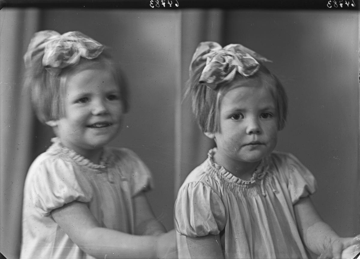 Portrett. Ung pike i lys sommerkjole med sløyfe i håret. Bestilt av Fru Tannlæge Vie. Haraldsgaten 192.
