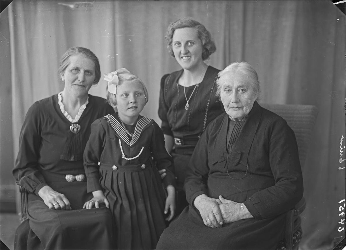 Gruppebilde. Familiegruppe på fire. To eldre kvinner,en ung kvinne og en pike. Bestilt av Hilda Vedøe. Torvestad. Skjøllingstad.