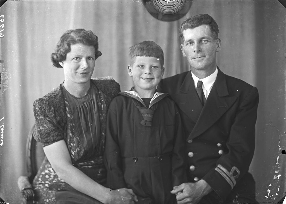 Gruppebilde. Familiegruppe på tre. Ung kvinne, ung mann i uniform og ung gutt i marinuniform. Bestilt av Fru Margit Hansen. Karmsundsgt. 146