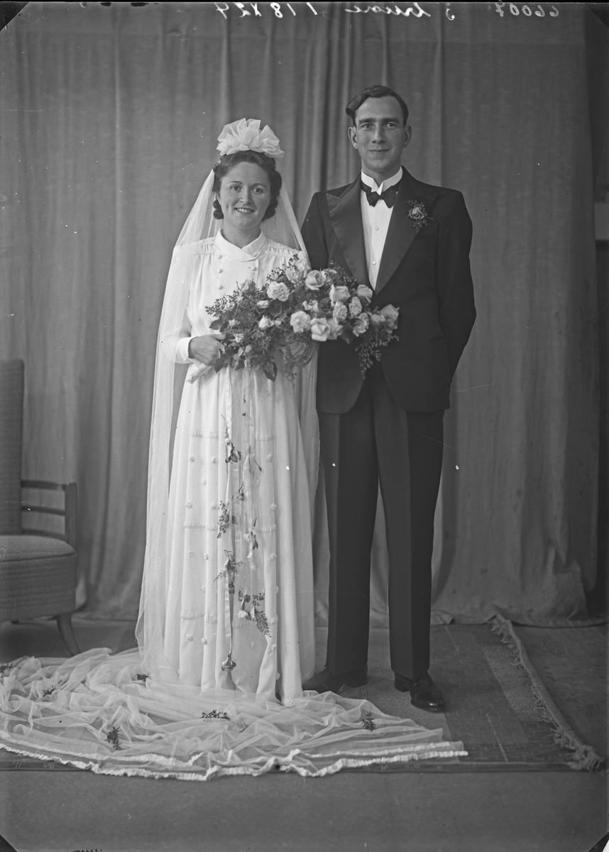 Brudebilde. Ung kvinne og ung mann. Brudepar. Bestilt av Herr Bertran Larsen.