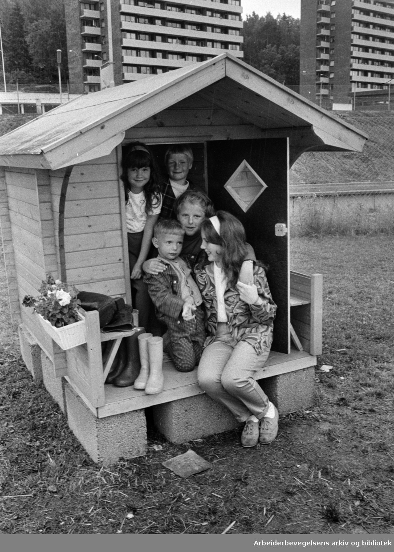 Bekkasin borettslag/ Bogerud. Lekestue for de minste ved Bogerud T-bane. Mette Østmo, Tove Skymoen, Alf Einar Haugen, Karin Brattlien og Marit Remme. Juli 1968