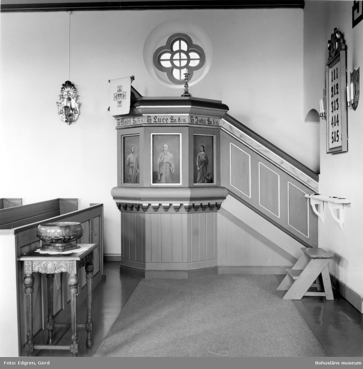 """Text till bilden: """"Norrmannebo kapell. Predikstol med målningar av Teodor Wallström""""."""
