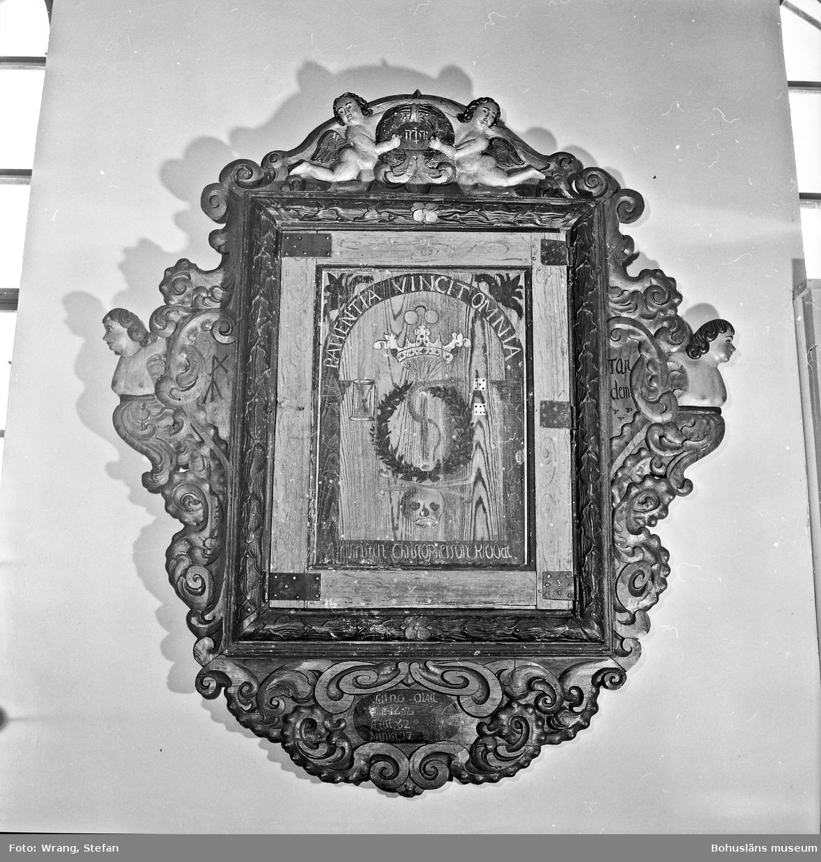 """Text till bilden: """"Näsinge kyrka. Kloodts epitafium från 1700""""."""