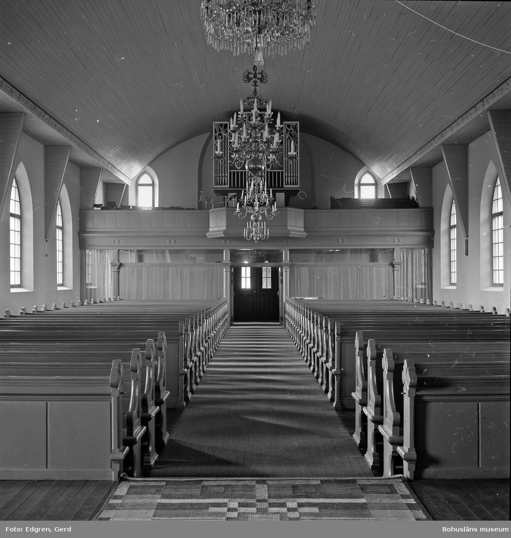 """Text till bilden: """"Tegneby kyrka. Inbyggnad under läktaren. Från 1960-tal. Bänkinredningen från 1891. Ombyggd 1937-1939""""."""