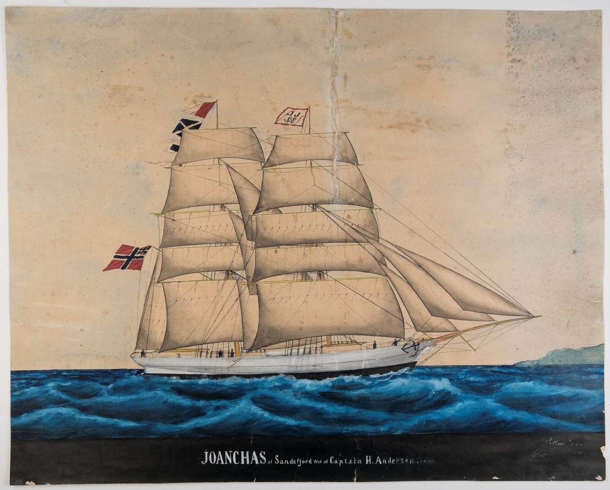 Brigg 'Joanchas' af Sandefjord Seiler for babords halser med full seilføring. Unionsflagg fra gaffelen. Kjenningssignal JJ32 på fortoppen. Singal HMSC