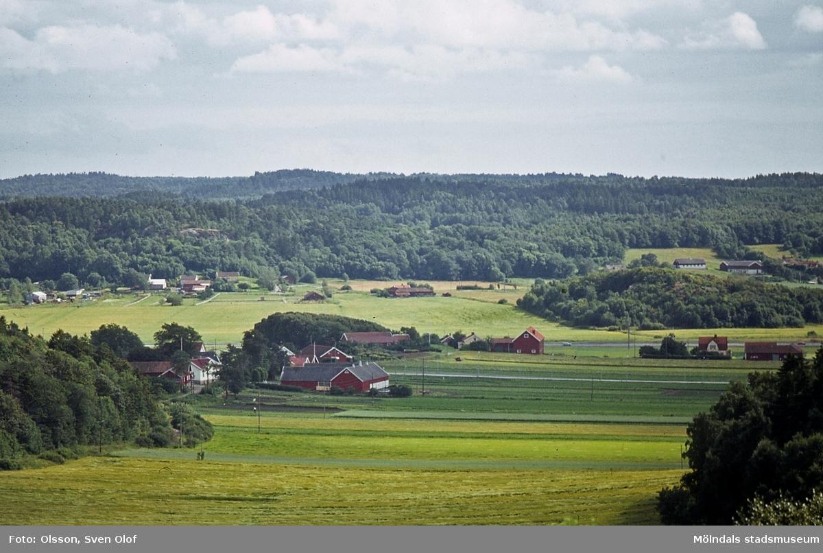 Landskapsvy från Fässbergsdalen i Mölndal, år 1981. I förgrunden ses bebyggelse i Fässberg. I bakgrunden ses Balltorp med Brudberget.