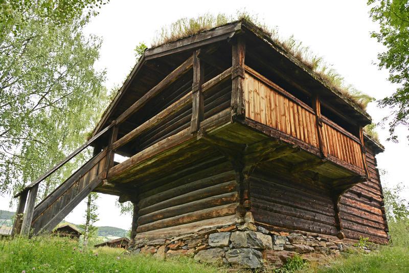 DET FYRSTE HUSET: I 1905 kjøpte Valdres Folkemuseum Handeloftet frå garden Hande i Vestre Slidre. Det har stått på dagens plass som idag sidan 1917.