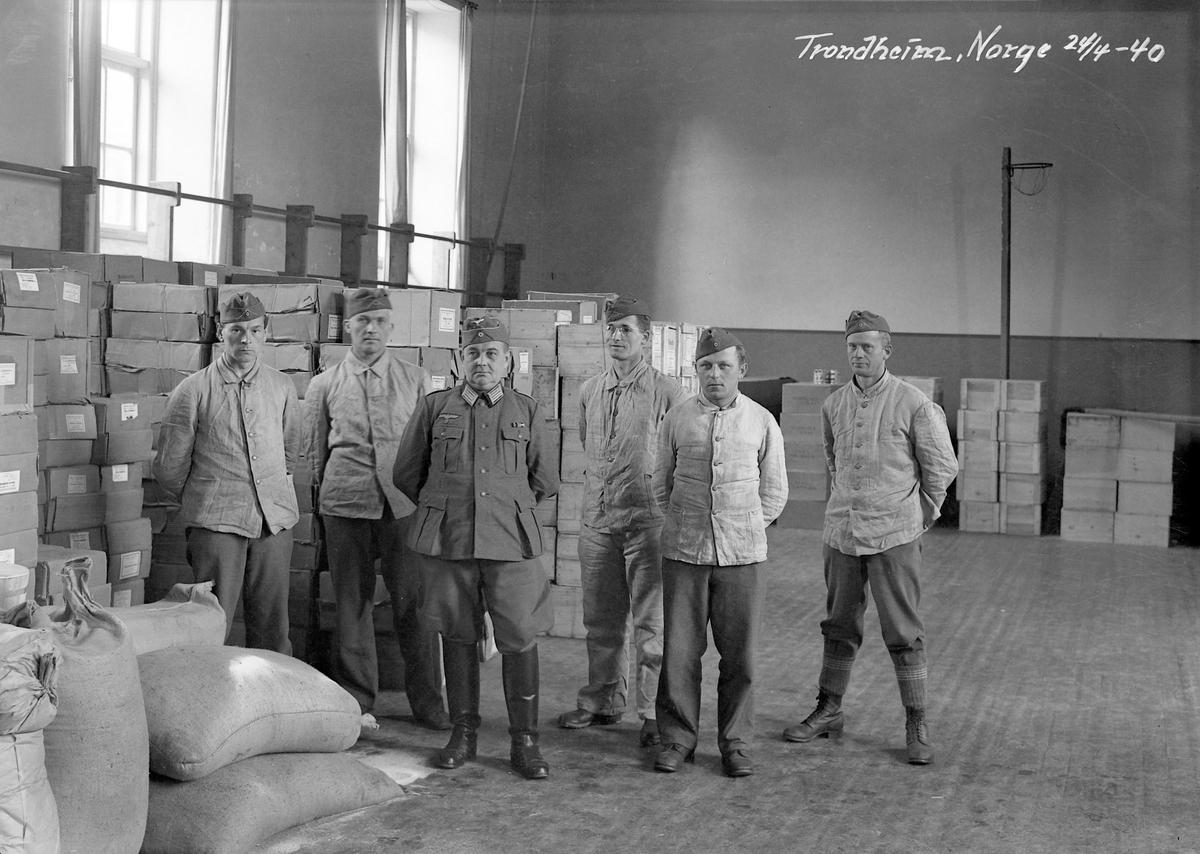 Tysk offiser og soldater på Ila skole