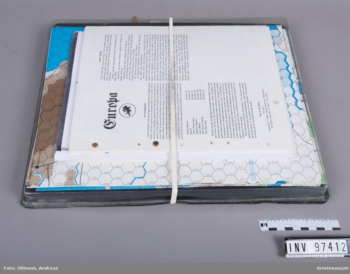 Spelet består av en karta över Europa i sex delar med hexagonmönster, cirka 2500 spelmarkeringar i form av små pappkvadrater i gult, brunt, blått, grönt, rätt och vitt med olika siffror, bokstäver och symboler, samt några häften och lösa blad med spelinstruktioner, tabeller och diagram.