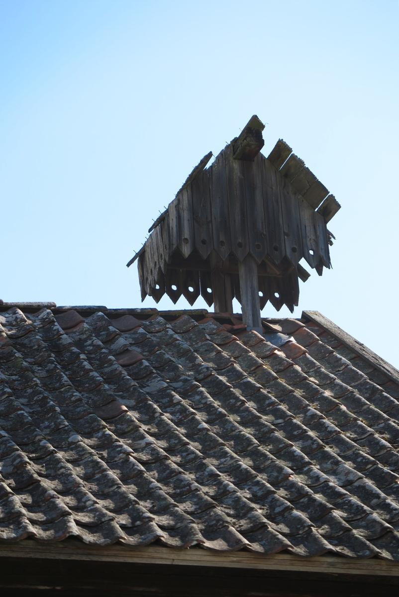 Klokketårnet på Hommerstad øvre har saltak og enkle utsmykninger. Tårnet står på stabburet, og er i dårlig stand. Stabburet er bygget ca. 1850.