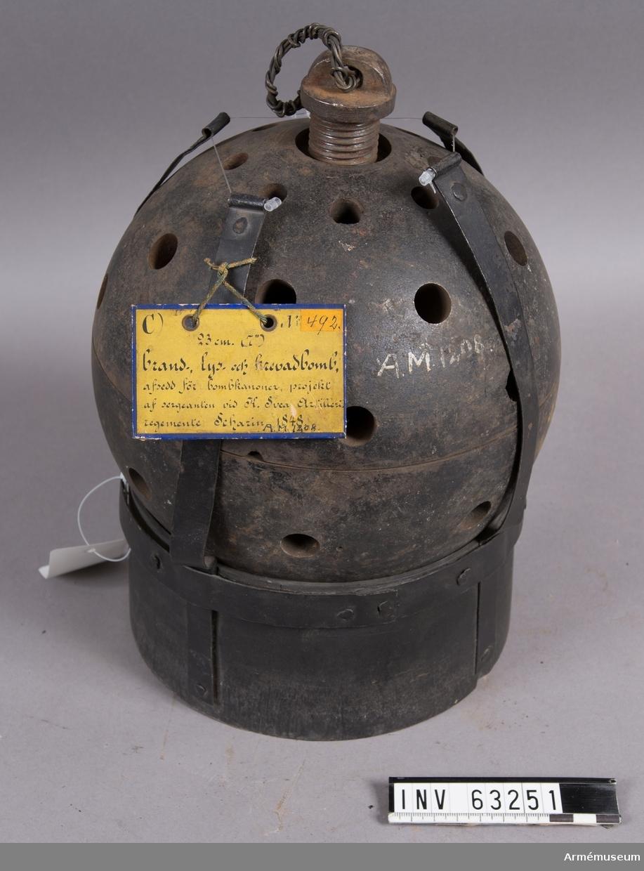 Grupp F II.   Innuti det perforerade skalet finns en mindre sprängbomb med tändrör. För bombkanon.