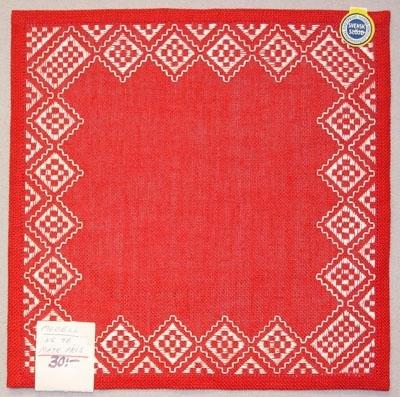 Fyrkantig duk broderad med dalsömsrutor i vitt på röd botten. Denna duk är dock sydd på ett betydligt grövre linne än vad som ursprungligen var tänkt.Skiss Inv.nr 1120:115-117Märkt: Modell  Nr:48