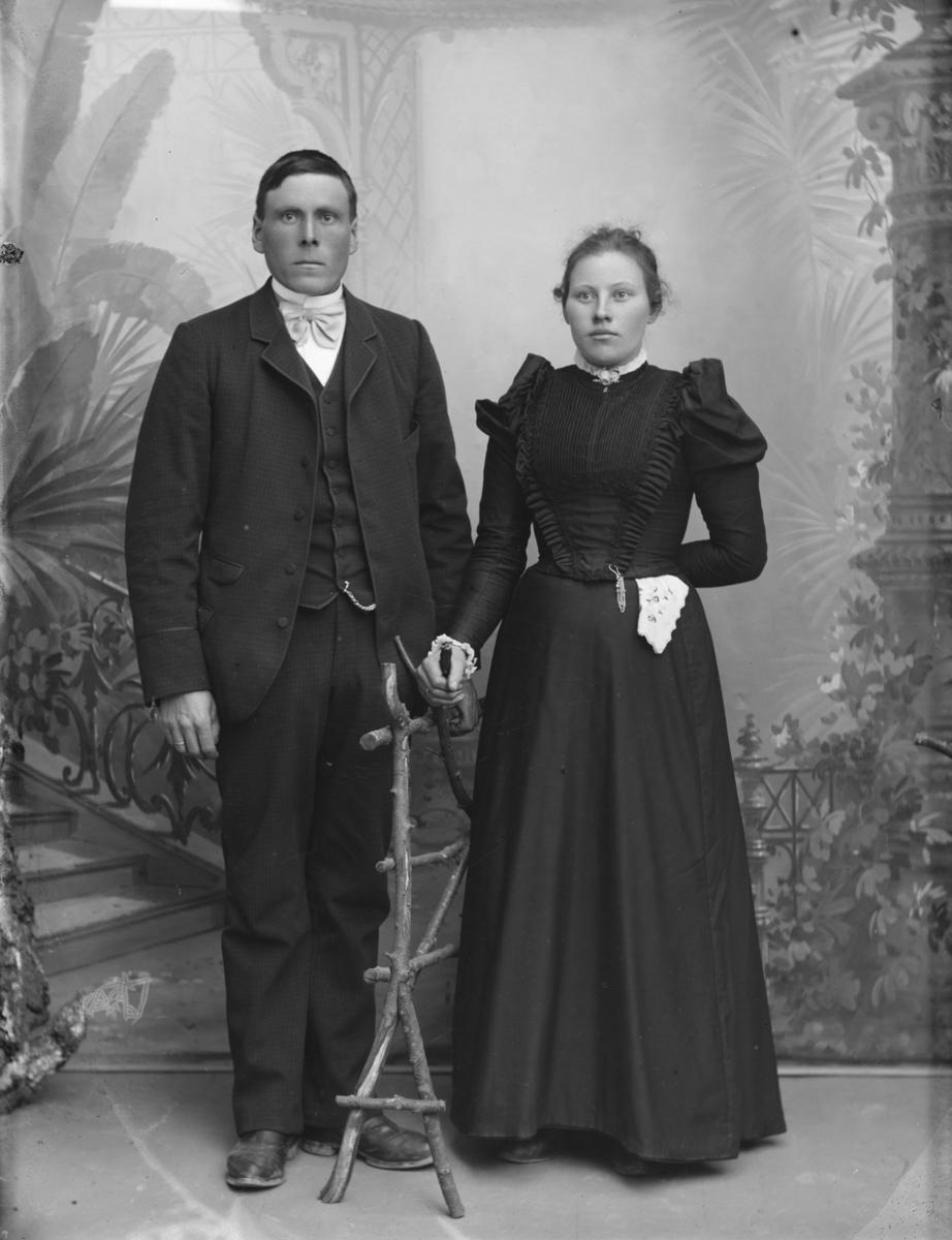 Jakob J. Jøndal med kone.  Gruppebilde.
