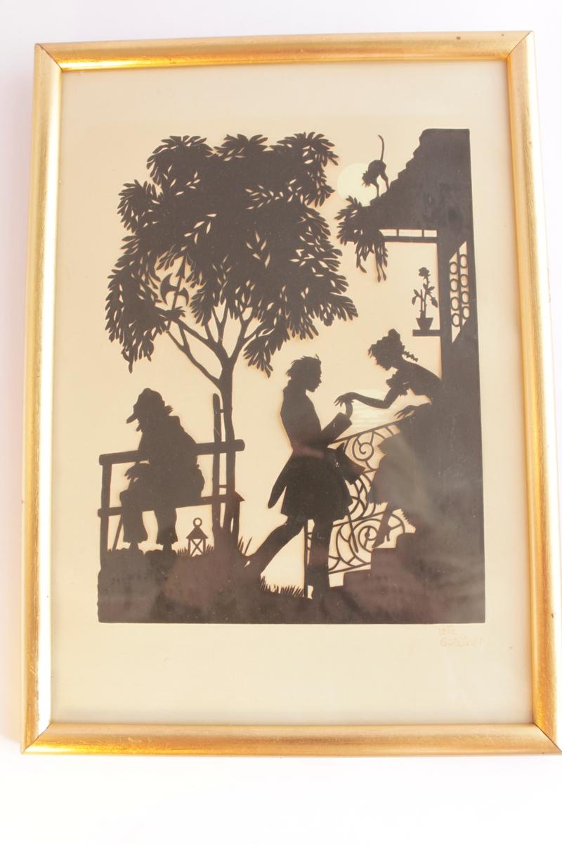 Svart silhuettklipp på vitt papper bakom glas med guldfärgad ram. Motivet föreställer en ung man som står nedanför en trappa till ett hus och håller en ung kvinna i handen. Kvinnan är påväg ut på trappan för att möta den unge mannen. Hon ser ut att vara klädd i klänning från mitten av 1800-talet. Till vänster i bild sitter en gammal man på en bänk böjd över sin käpp och med en skärmmössa på huvudet. Vid hans fötter står en lykta. Bänken står under ett träd. På taket till huset står en katt och skjuter rygg. En vit fullmåne syns bakom katten och lite månglitter skymtar bakom den unge mannens och kvinnans händer.