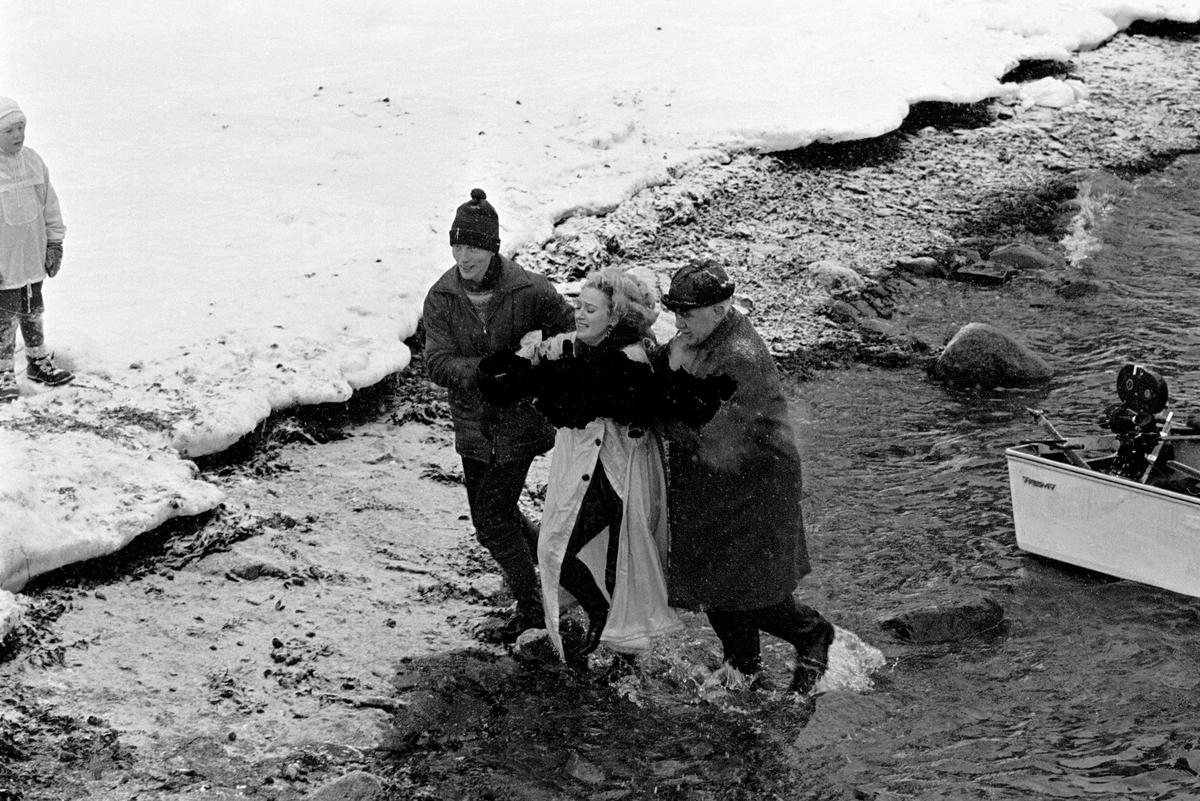 """Sølvi Wang filmes i froskedrakt og badekar ved Sjøstrand Bad i Slemmestad i forbindelse med opptakene til TV-programmet """"That's entertainement"""" som hun vant Chaplin-prisen for i Montreux. Her har hun fulgt med badekaret ned i et høydramatisk dragsug, men blir reddet av froskemenn og ført på land."""