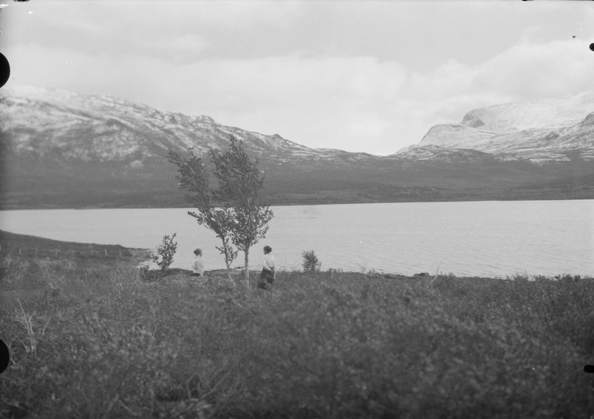 Sjodalen, to kvinner ved Øvre Sjodalsvatnet med utsikt mot Sikkilsdalen. Fra venstre Maria Løkken Nesset og Hanna Nystuen