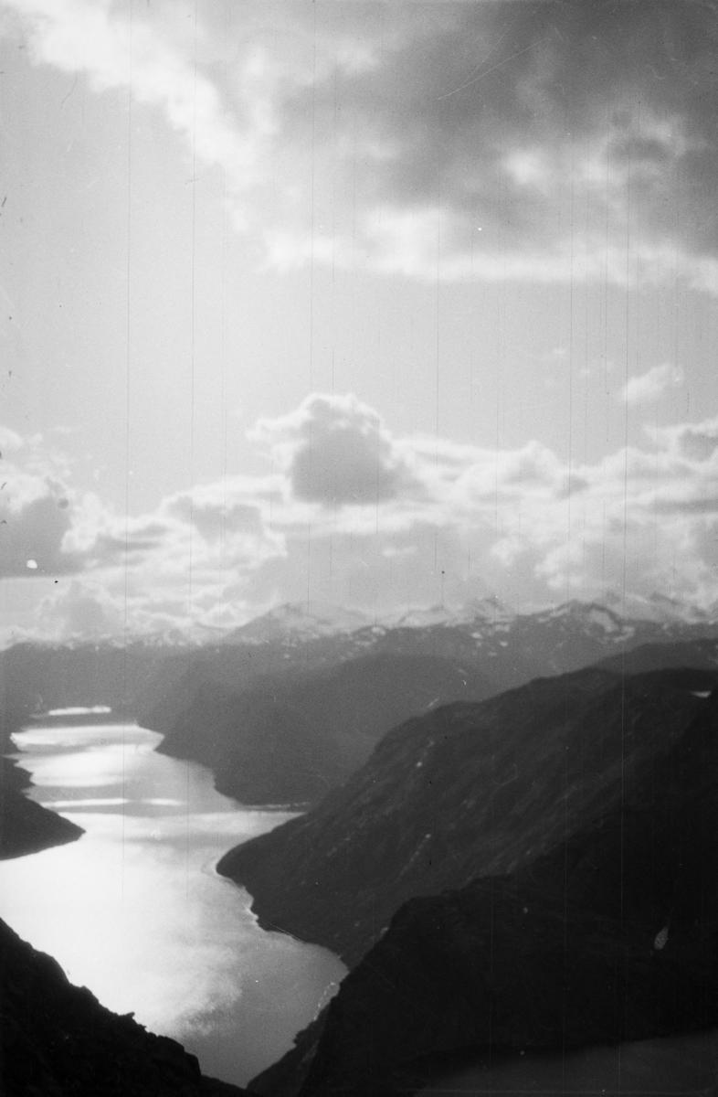 Jotunheimen. Gjende sett fra Veslefjell.