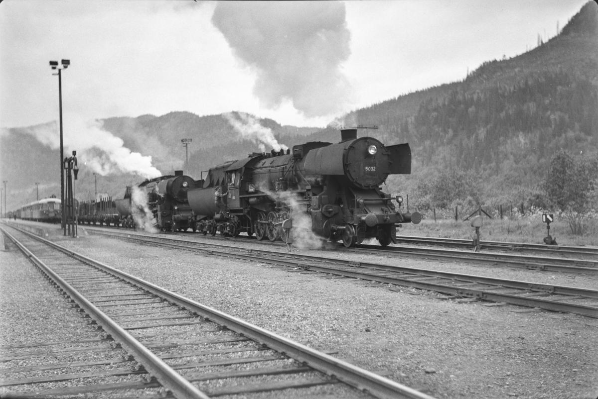Underveisgodstoget fra Trondheim til Hamar over Røros, tog 5712, på Støren stasjon. Toget trekkes av to damlokomotiver type 63a, nr. 5032 og nr. 5860.