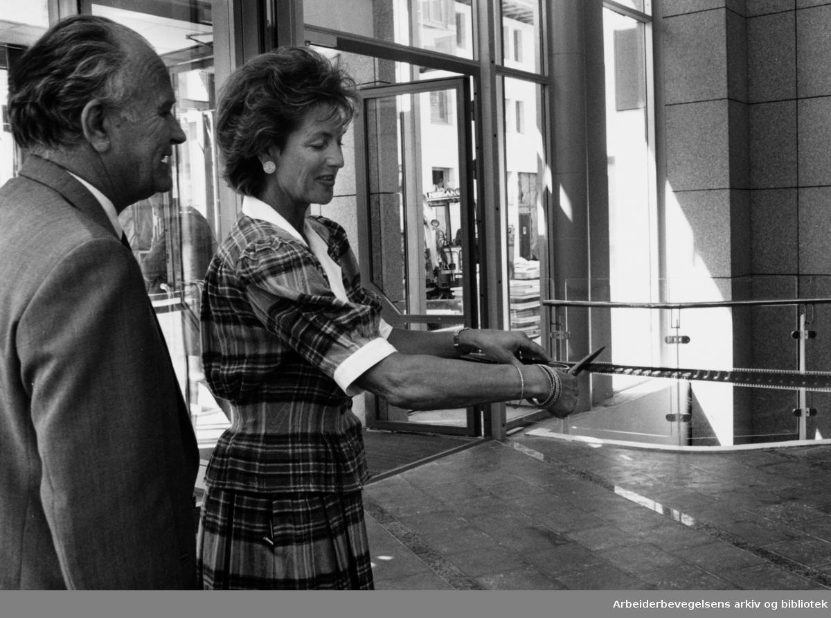 Aker brygge. Byråd Karin Holmsen foresto den offisielle åpningen av kinoen ved å klippe over en filmstripe, med kinodirektør Hjelmtveit som tilskuer. Juni 1989
