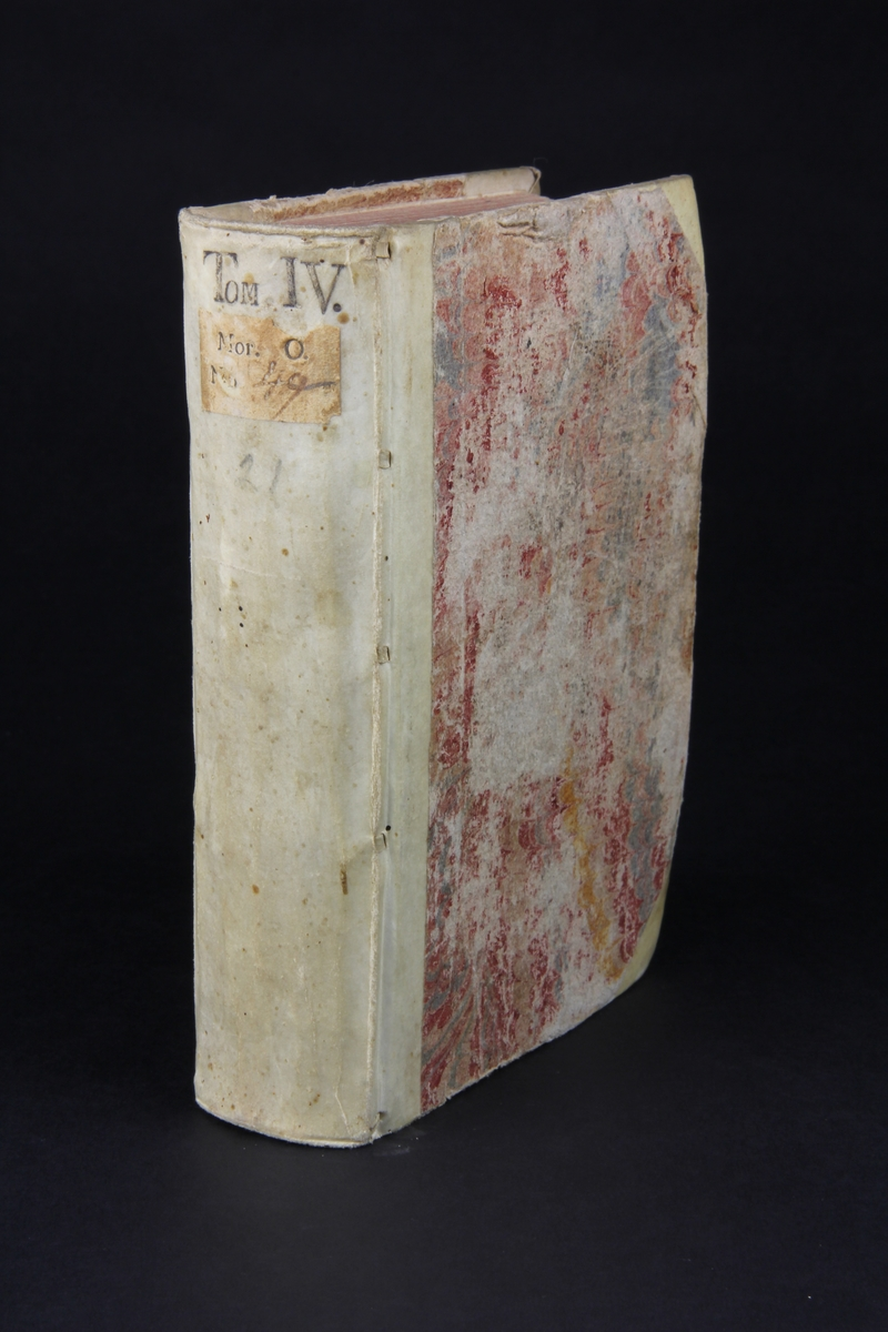 """Bok, halvpergamentband """"Principes de l´histoire pour l´education de la jeunesse"""", del 4, tryckt 1738 i Amsterdam. Pärmar klädda med marmorerat papper, rygg och hörn av pergament. Rödstänkt skuret snitt."""