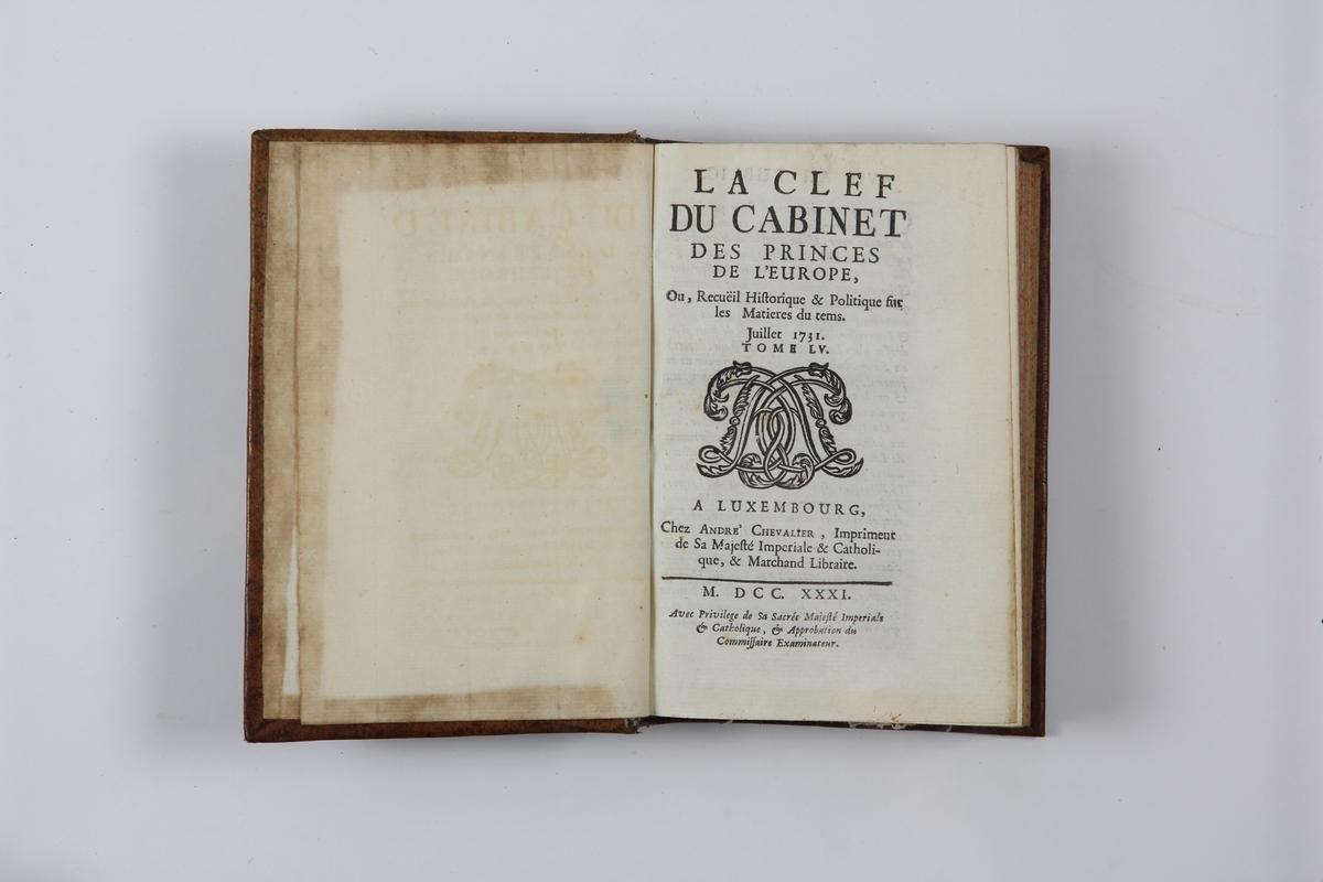 """Bok, helfranskt band """"La clef du cabinet des princes de l´Europe"""", del 55, tryckt i Luxemburg 1731. Skinnband med blindpressad och guldornerad rygg i fem upphöjda bind, titelfält med blindpressad titel,  fält med volymens nummer (utplånat), fält med ägarens initialer samt påklistrad pappersetikett. Med rödstänkt snitt."""