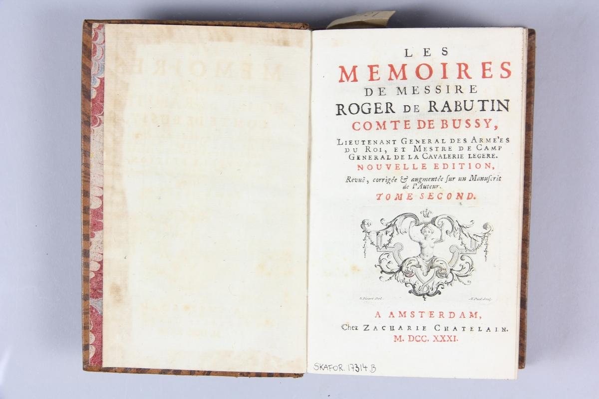 """Bok, helfranskt band """"Les mémoires de messire Roger de Rabutin comte de Bussy"""" del 2, tryckt i Amsterdam 1731. Skinnband med blindpressad och guldornerad rygg i fem  upphöjda bind, blindpressade nötta fält med titel, volymens nummer och ägarens initialer J.G.S  samt påklistrad pappersetikett med samlingsnummer. Rödstänkt snitt och marmorerat papper på pärmarnas insida."""