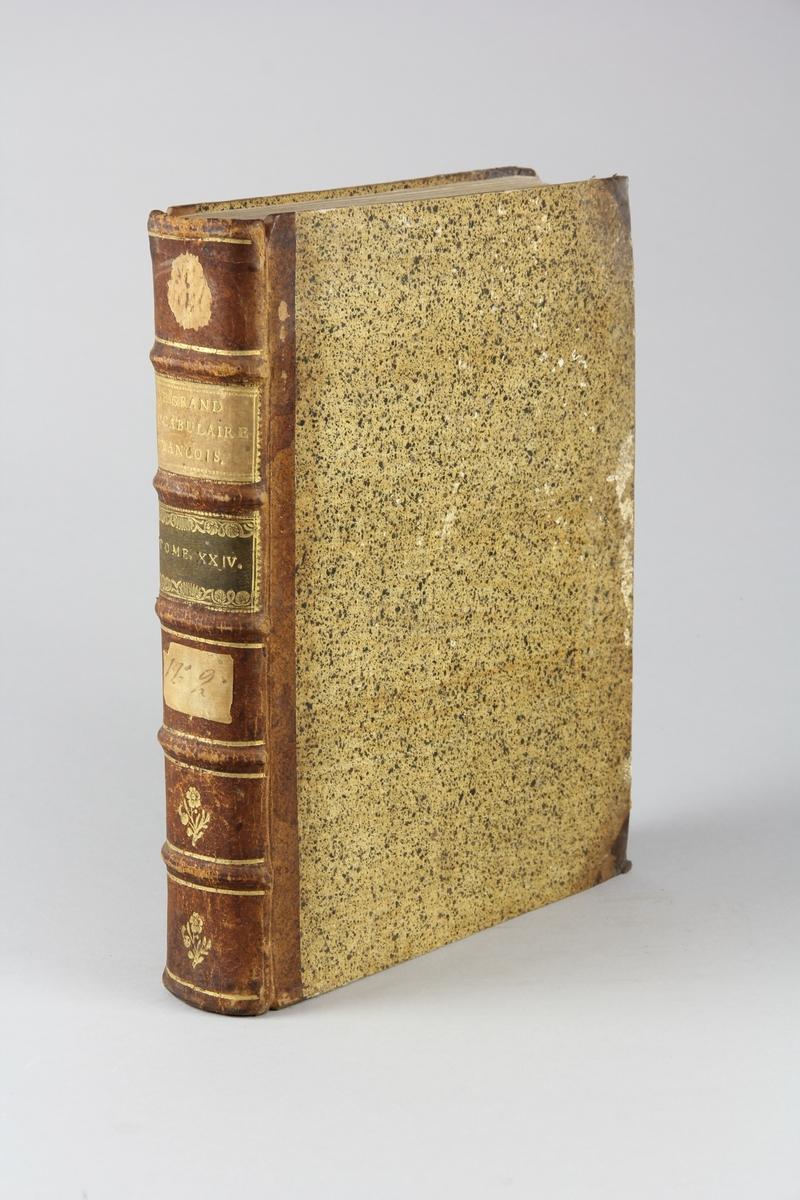"""Bok, halvfranskt band """"Le grand vocabulaire francois"""", del 24, utgiven i Paris 1772. Band med pärmar av papp med påklistrat stänkt papper, hörn och rygg av skinn med fem upphöjda bind med guldpräglad dekor, titelfält med blindpressad titel och ett mörkare fält med volymens nummer. Med stänkt snitt. Påklistrade etiketter märkta med bläck."""