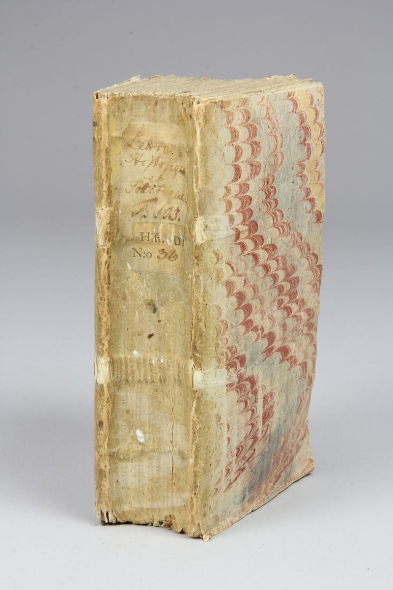 """Bok, häftad, """"Lettre historique et politique"""", del 103, tryckt 1737 i Amsterdam. Pärmar av marmorerat papper, blekt rygg med påklistrade etiketter med titel och samlingsnummer. Oskuret snitt."""