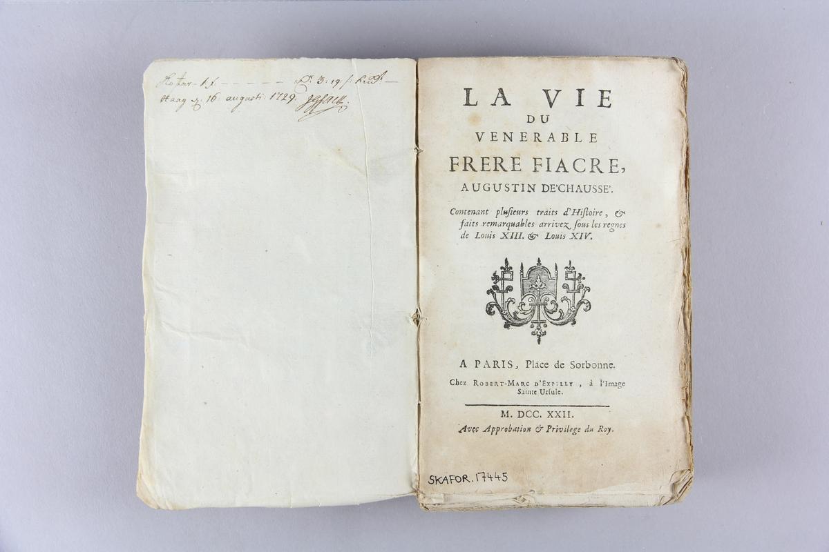 """Bok, häftad, """"La vie du venerable frère Fiacre"""". Pärm av marmorerat papper, oskuret snitt. Anteckning om inköp."""