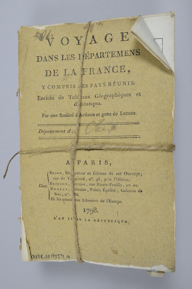 """Bok, häfte, """"Voyage dans les départemens de la France"""", bunt med 8 häften med beskrivningar över olika departement i Frankrike, utgivna 1793-1798 i Paris. Bunten sammanhållen med snöre. Häftena har omslag av brunt papper och tryckt text på omslaget, skurna snitt. Försättsbladen med påskrift med tusch: N:o 41-48. Med färglagda tryckta kartor och kopparstick. Häftena nötta och skadade."""