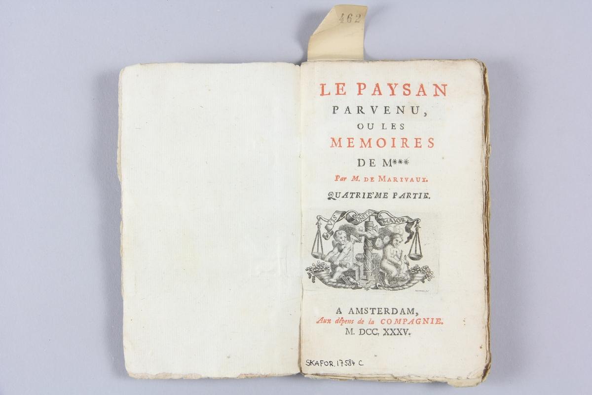 """Bok, häftad """"Le paysan parvenu, ou les mémoires de M***"""", del 4, skriven av Marivaux, tryckt 1735 i Amsterdam. Pärmen av marmorerat papper, oskuret snitt. På ryggen  etikett med titel och samlingsnummer."""