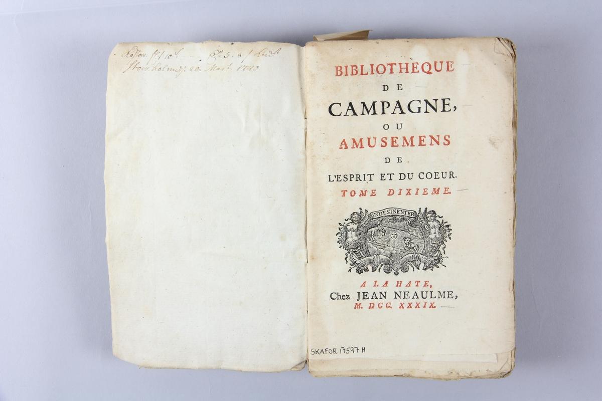 """Bok, """"Bibliotèque de campagne ou amusements de l´esprit du coeur """", del 10, tryckt 1739 i Haag. Pärm av marmorerat papper, oskuret snitt.  Blekt rygg med pappersetikett med volymens namn och samlingsnummer. Anteckning om inköp på pärmens insida."""