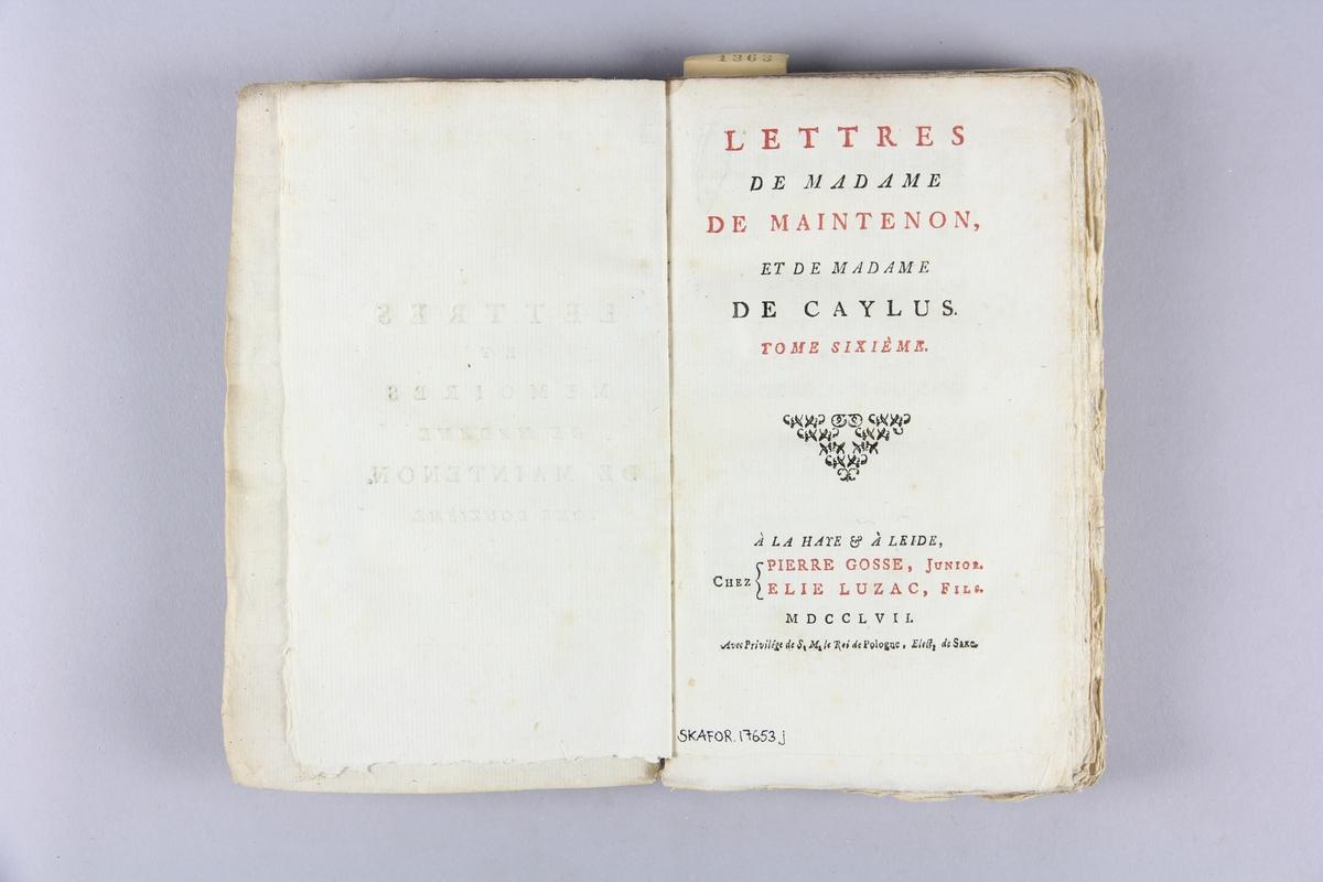 """Bok, häftad,""""Lettres et mémoires de madame de Maintenon"""", del 6. Pärmar av marmorerat papper, oskuret snitt. Etikett med titel och samlingsnummer på ryggen."""