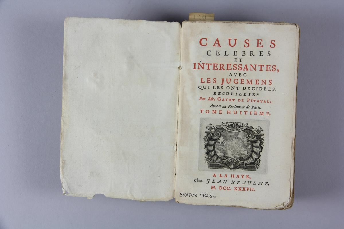 """Bok, häftad, """"Causes celèbres et interessantes"""", del 8, tryckt 1737 i Haag. Pärm av marmorerat papper, oskuret snitt. Blekt rygg med pappersetikett med volymens namn, oläsligt, och samlingsnummer."""