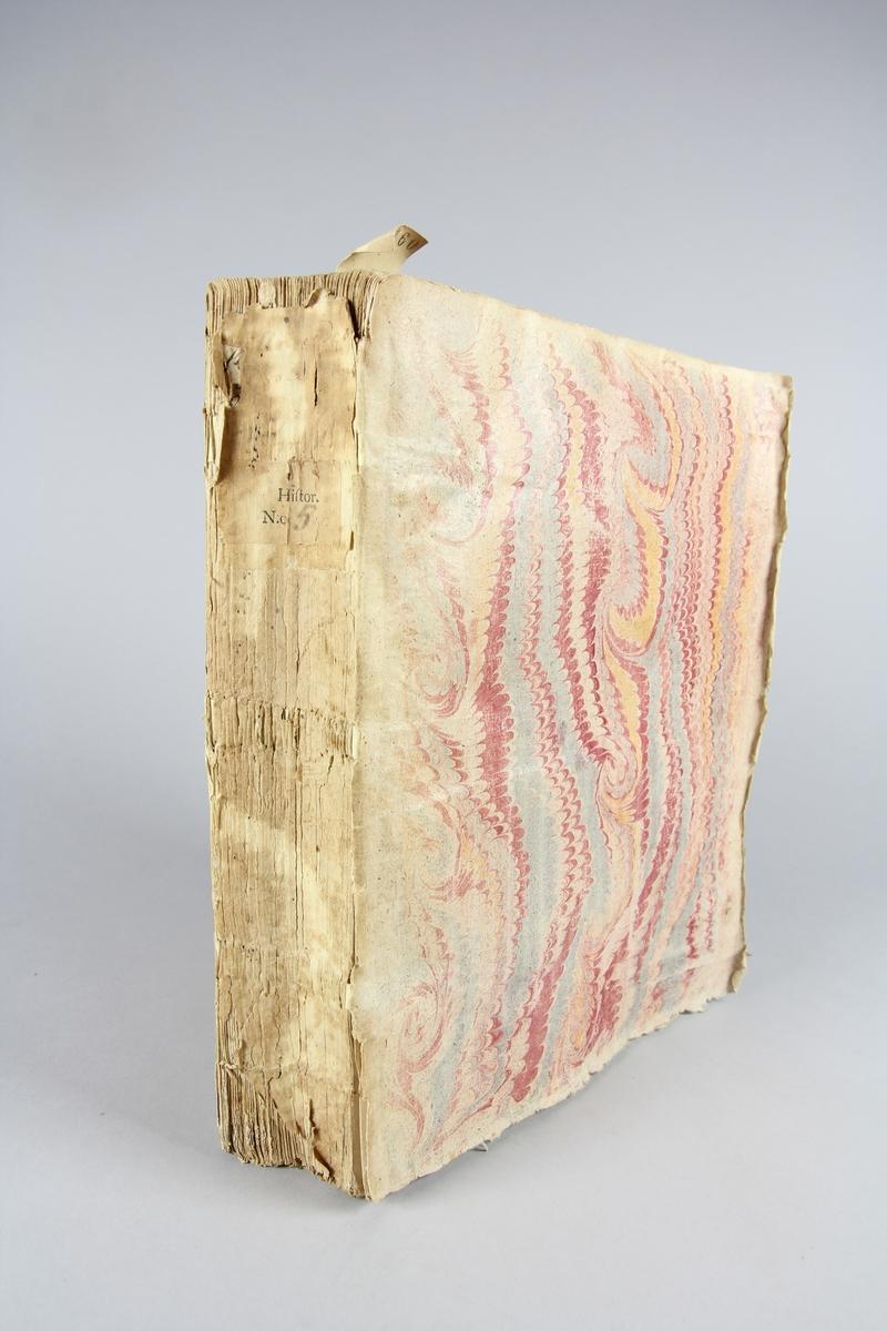 """Bok, häftad,""""Histoire des révolutions d´Espagne"""", del 1.  Pärmar av marmorerat papper, oskuret snitt. Etikett med rest av titel och samlingsnummer på ryggen. Anteckning om inköp."""