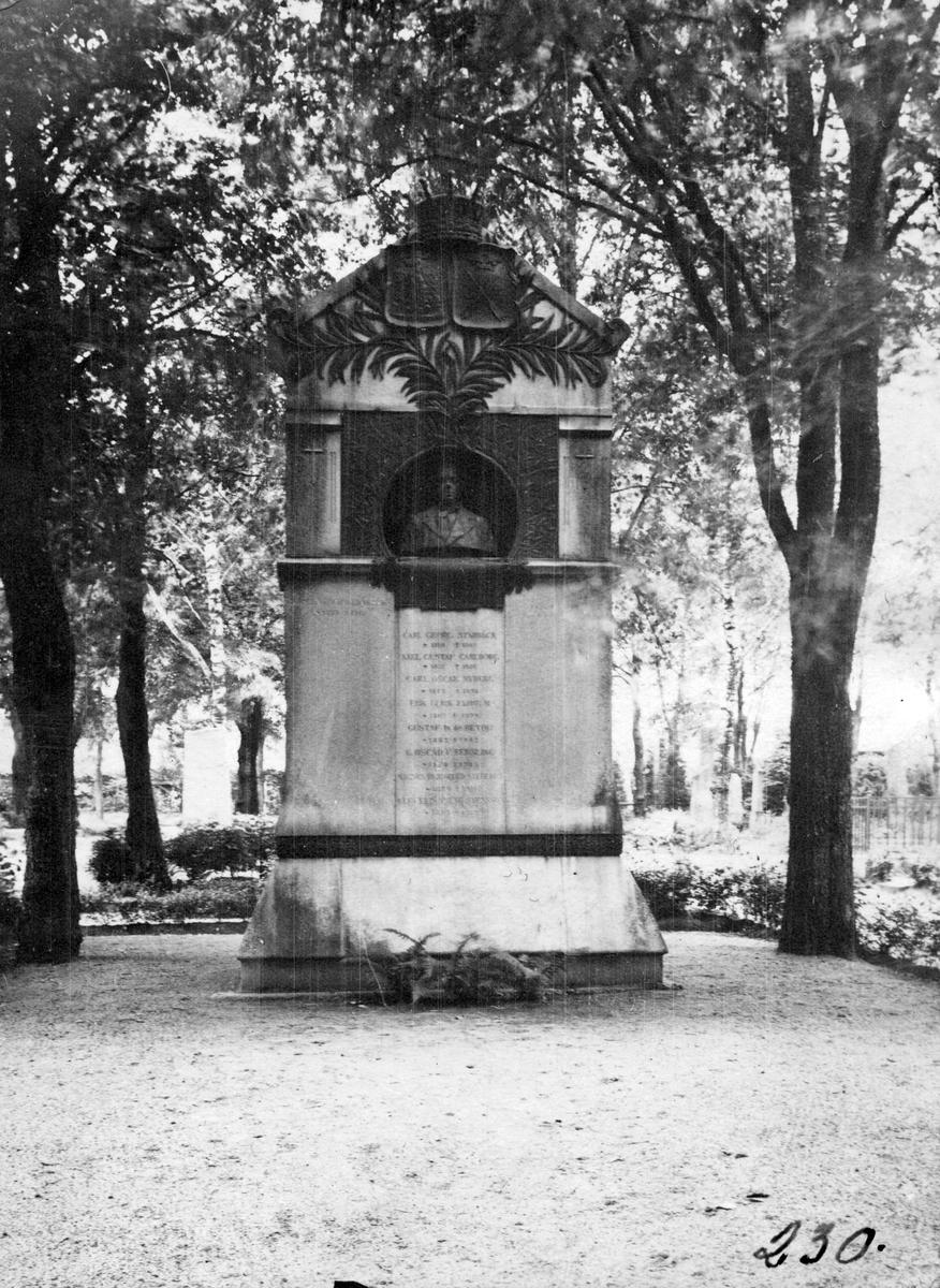 W.E. Svedelius grav i Uppsala.Född i Köpings Prostgård 1816.)