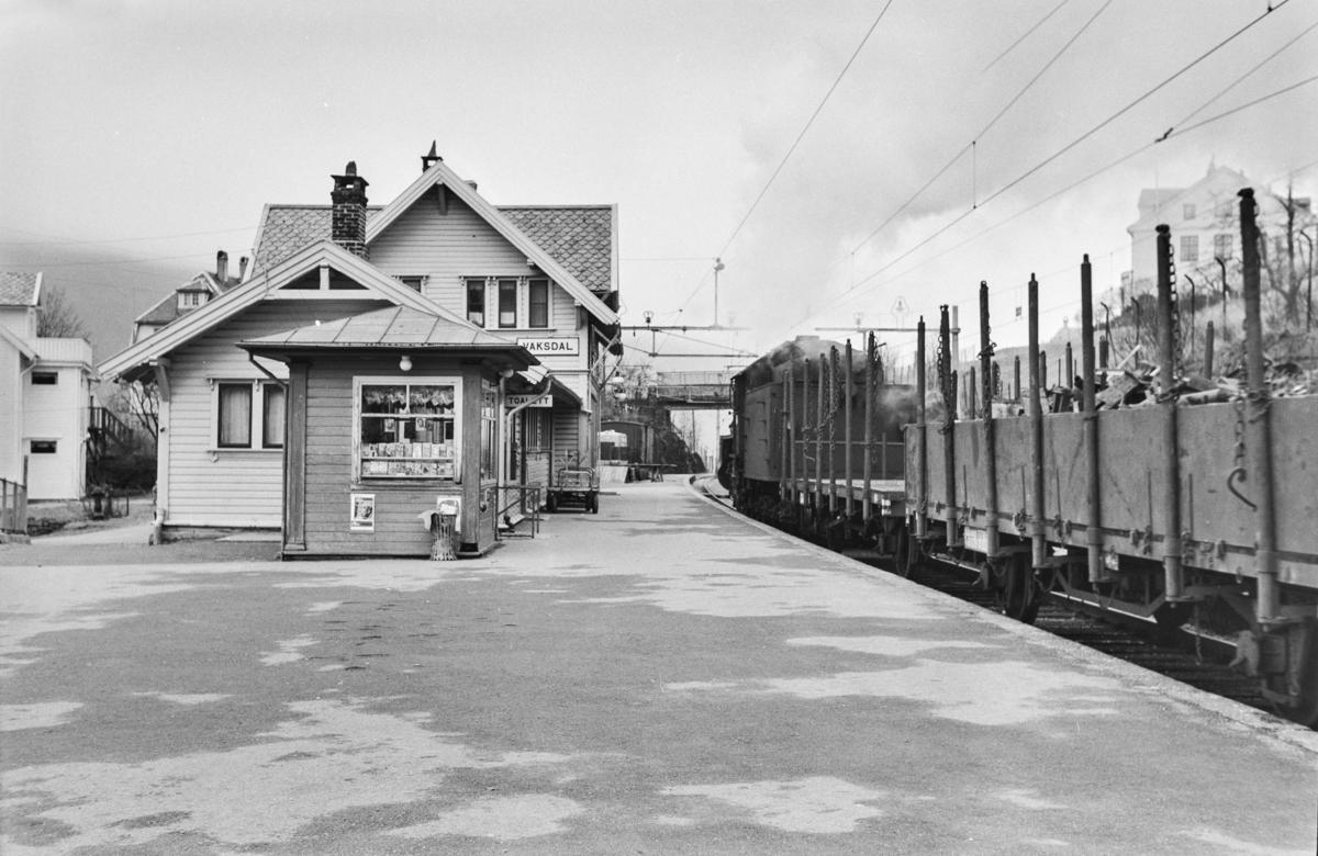 Godstog retning Oslo, tog 5516, på Vaksdal stasjon. Toget trekkes av damplokomotiv type 31b nr. 426.
