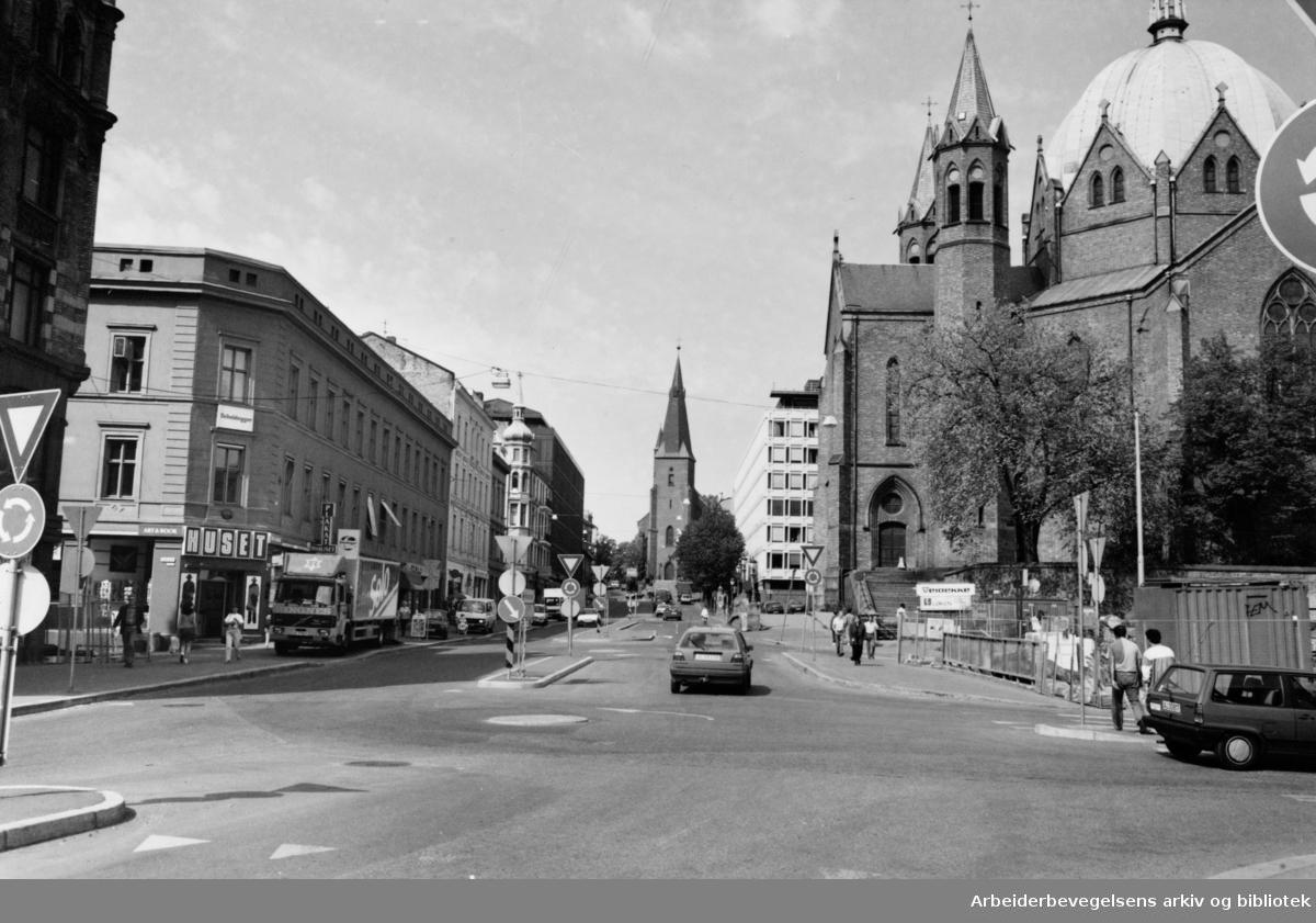 Akersgata. Trefoldighetskirken og St. Olavs kirke. Mai 1993