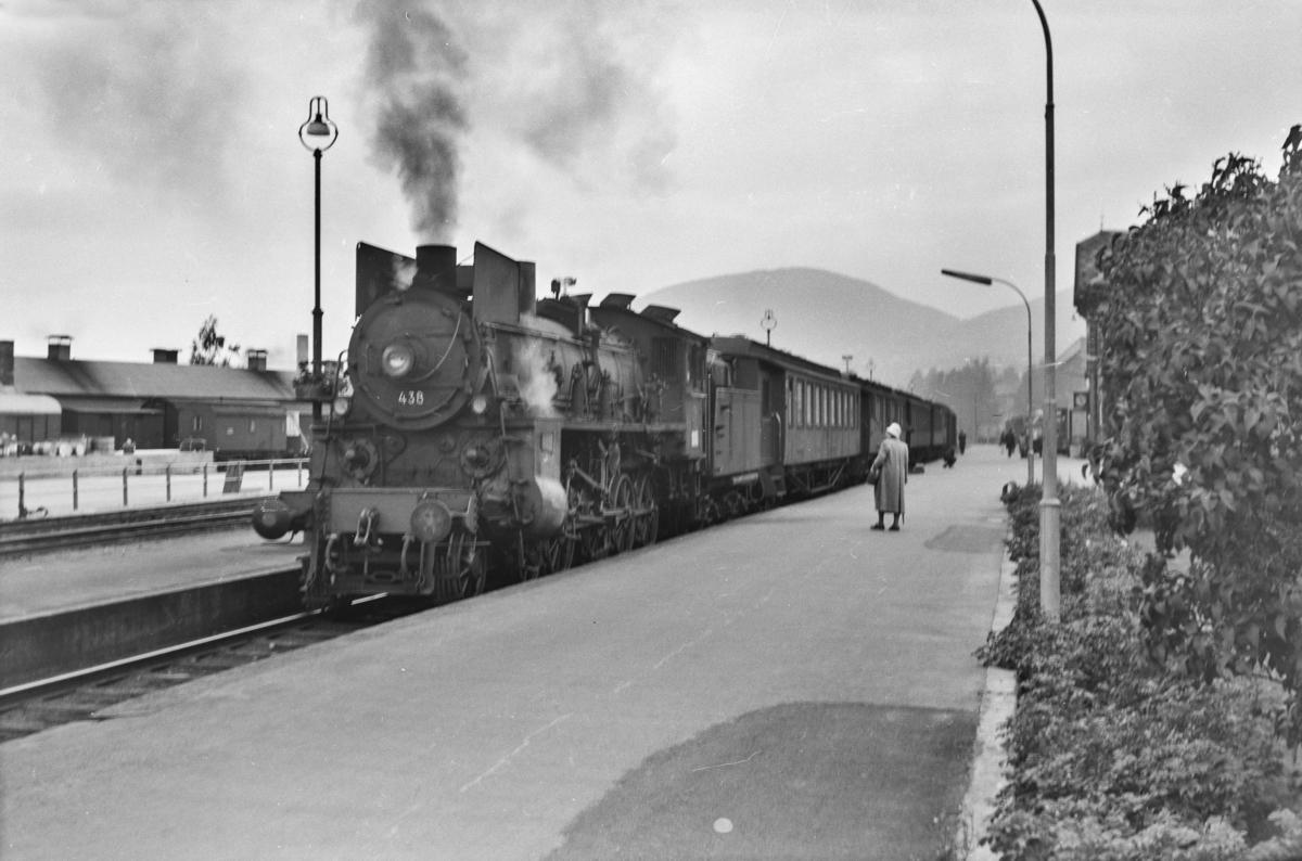 Persontog retning Oslo Ø på Lillehammer stasjon. Toget trekkes av damplokomotiv type 26c nr. 438.