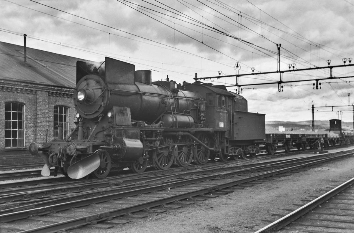 Grustog på Kongsvinger stasjon. Toget trekkes av damplokomotiv type 30b nr. 348.