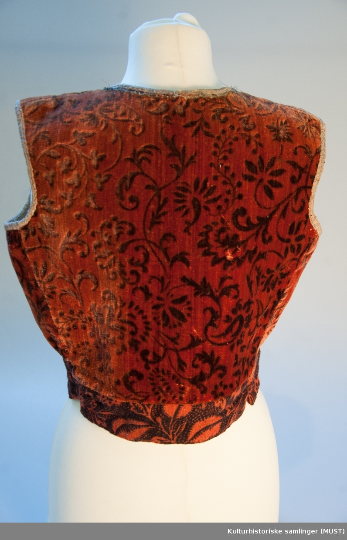 4c3ca63e Liv i rødbrun plysj med trykket brunt mønster. Kantet med mønstret  silkebånd langs ermringing,