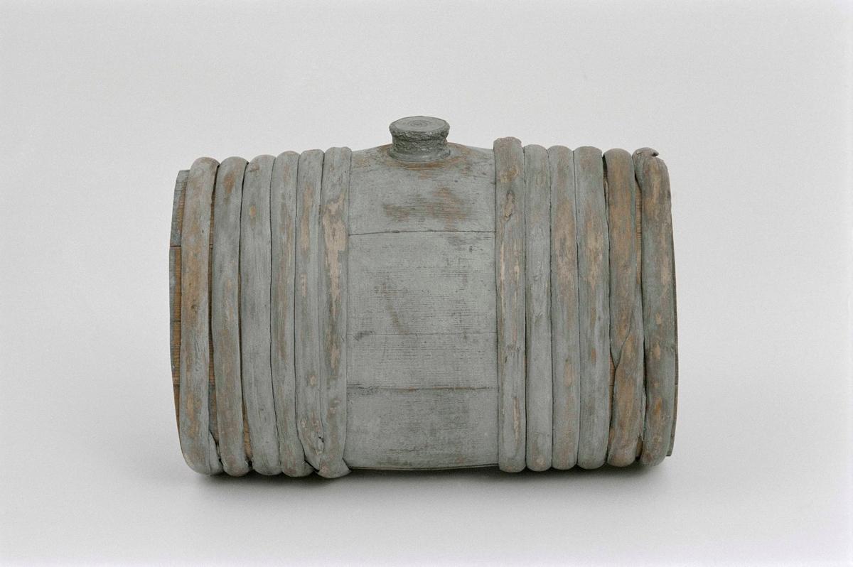 """Laggad brännvinskagge av trä, cylindrisk med tennskruvlock. 12 band, 6 laggar, målad ljusblå. Märkt på insidan """" 0 I S """"."""