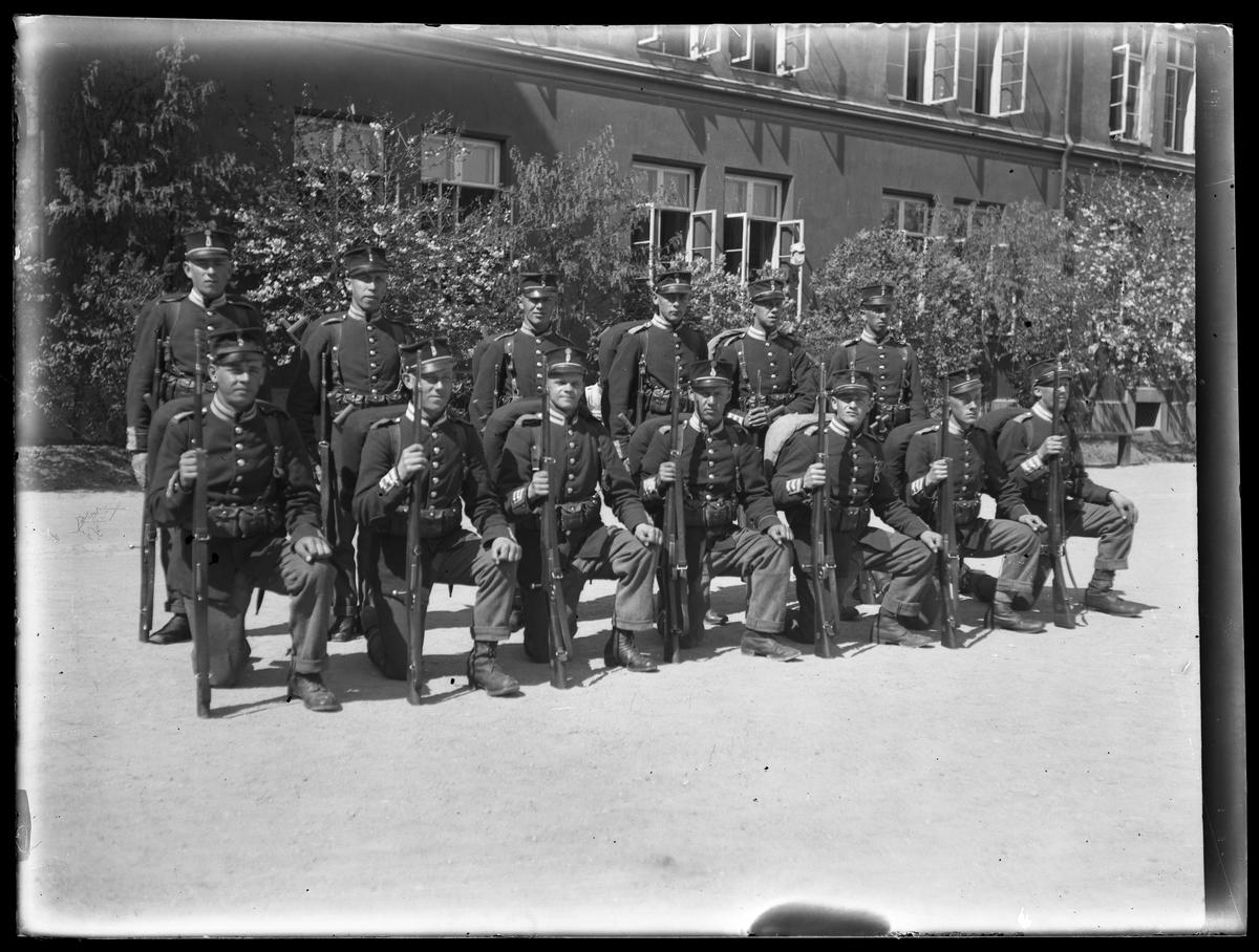Exerciskamrater från Svea Livgarde (I1) med packning och vapen.