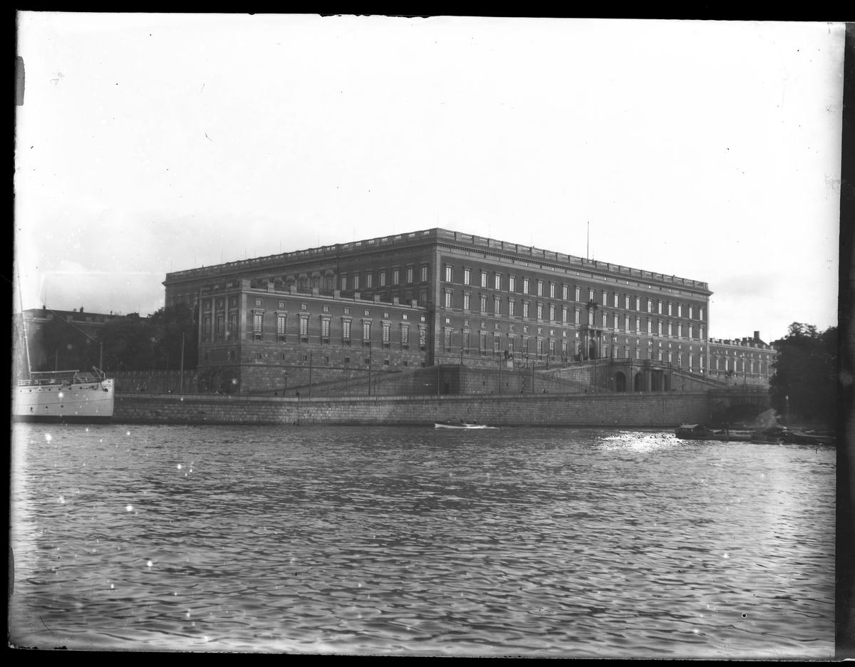 Kungliga slottet i Stockholm fotograferat från Skeppsbron.